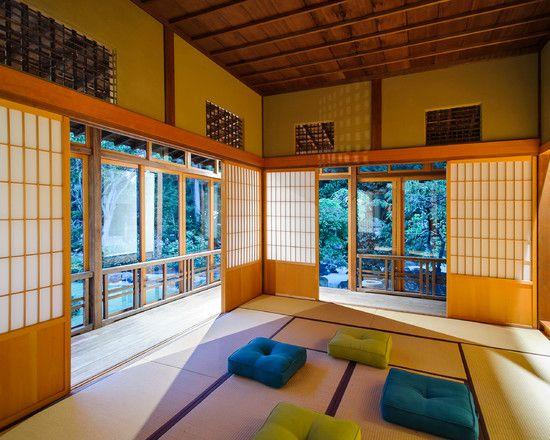 Sala com tatame e almofada