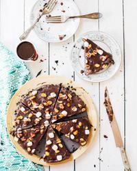 Gâteau à la crème glacée au chocolat «rocky road»