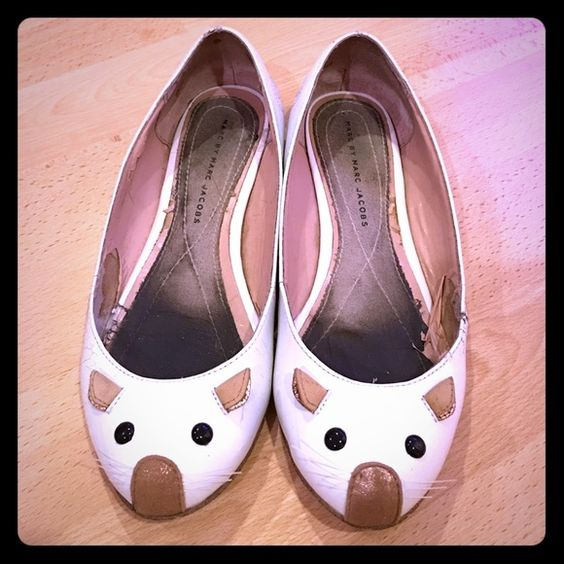 Marc by Marc Jacobs Patent Mouse Flats, white, 7.5 Patent leather Marc by Marc Jacobs mouse flats in white with a mouse detail at the vamp. Padded footbed and rubber sole. Cowhide leather, made in Italy, Size 7.5 (37.5 Eur). Worn with some scuffs outside and peeled lining inside, which can easily be fixed with a new lining. Heels and sole in good condition. Comes with an original dust bag. Marc by Marc Jacobs Shoes Flats & Loafers