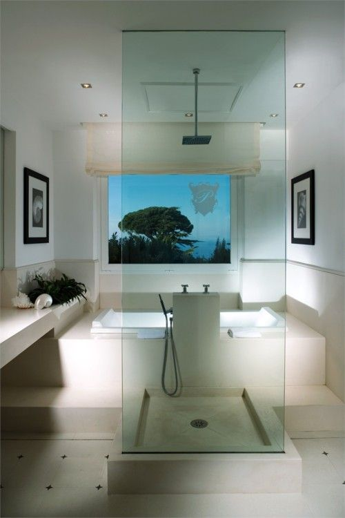 glass shower (placed in the middle of the room) allows the view outside the tub to be enjoyed