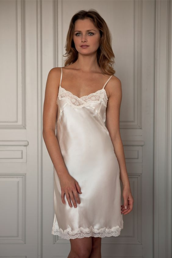 foto de Satin slip Kleding: satin&silk Pinterest Lace dresses Neckline and French lace