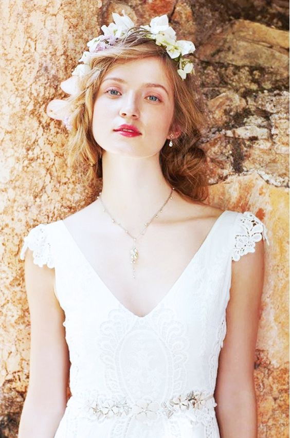 what type of jewelry to wear with strapless lace wedding dress
