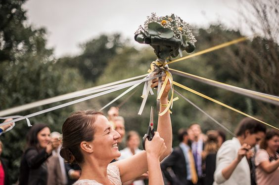 As many of you come here to see alternative weddings, I thought you might be interested in seeing this alternative to the bouquet toss. I don't know if someone knows this practice, but I had personally never seed this before so I thought I'd share!