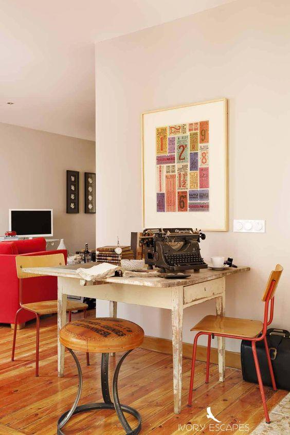 Salón decorad con colores vivos, y toques vintage http://www.ivoryescapes.com/serrano6.htm