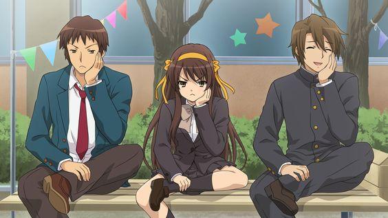 三人が同じポーズで座っている「涼宮ハルヒの憂鬱」の画像