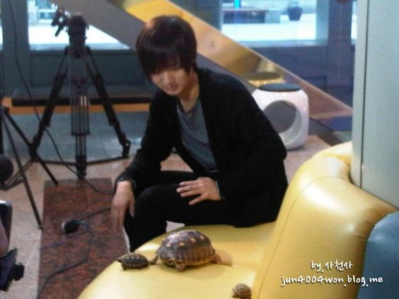 Yesung with his turtle Ddangkoma :D