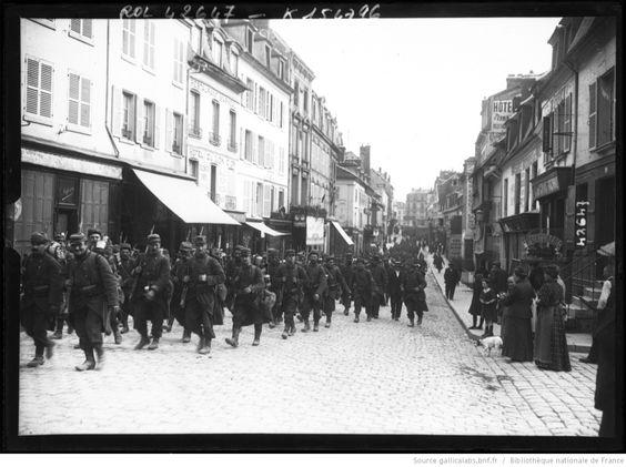 Fantassins français traversant un village, Compiègne : [photographie de presse] / [Agence Rol]