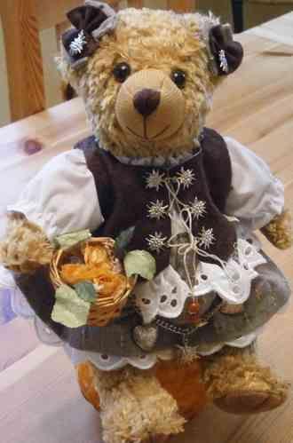 Trachtenbärin mit Blumenkorb, 30 cm groß, zu bestellen bei Landhaus-Boutique in Bad Steben, #Plüschtiere, #Trachten