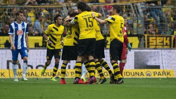 Jubel bei Borussia Dortmund, Trauer bei Hertha BSC um Sebastian Langkamp (li.).