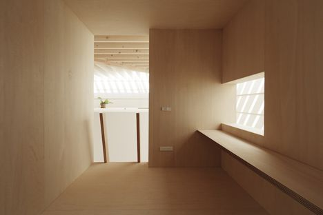 Warm atmosphere in an all wood room. The Light Walls House by mA style architects.