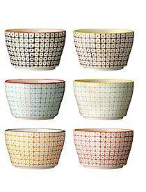 Keramikschälchen Carla Schön gemustert und möglichst alle Farben durcheinander: Die kleinen Schälchen Carla, werden in sechs unterschiedlichen Farben mit unterschiedlich bunten Rändern angeboten, von Bloomingville. Das Geschirr ist Spülmaschinen geeignet.