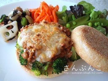 イングリッシュマフィンを使った納豆トースト。ブロッコリーやネギなどの野菜を入れれば、栄養価もUP。納豆に卵を混ぜてから焼くと、ふっくらとした食感が楽しめます。
