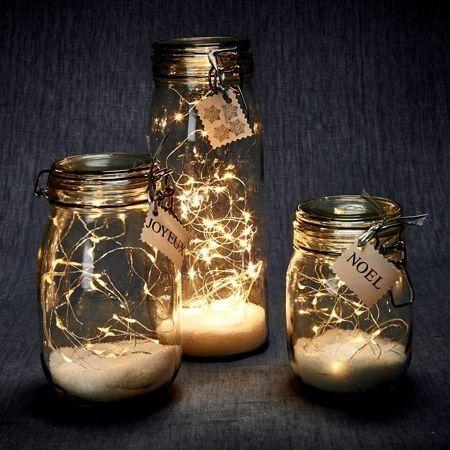 Des guirlandes lumineuses LED à placer dans des bocaux pour la décoration de Noël. À personnaliser avec de la neige artificielle et des étiquettes.