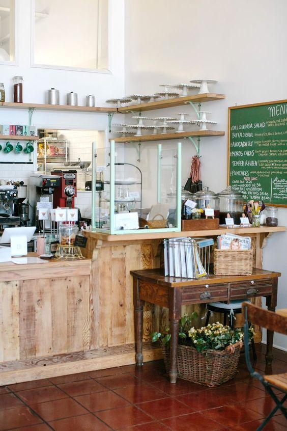 Café de Los Angeles. Kitchen Mouse. Menu Végétalien, avec des produits frais. Comptoir en bois. Décoration simple et originale.