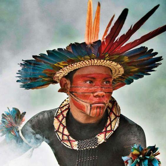 No Brasil, existem cerca de 240 tribos, com um total de 900 mil índios - 0,4% da população do país. Nos 514 anos de colonização do país, os povos tribais sofreram genocídio em grande escala, e perderam o domínio de suas terras; este retrato é da tribo Asurini, no Tocantins (Foto: Giordano Cipriani)
