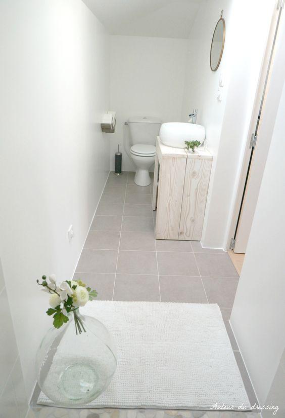 C'est parti pour le dernier épisode de nos travaux, avec la tant attendue salle de bain (enfin salle d'eau devrais-je dire…). Une pièce dont je suis particulièrement fière car le challenge encore une fois était au rendez-vous. C'est une pièce tout en longueur et très étroite, il a donc fallu redoubler d'ingéniosité pour l'aménager. Petit …