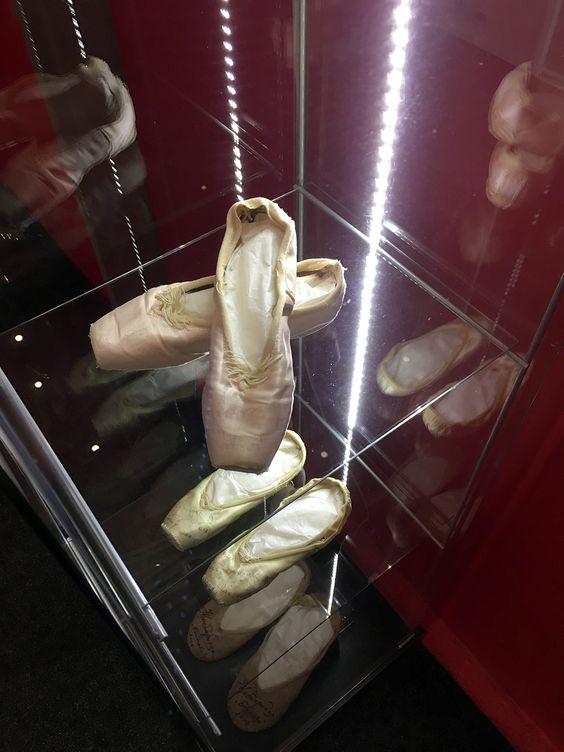 Витрина с пуантами с открытия выставки