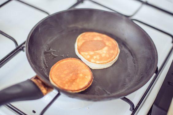 Guten Morgen! Hier kommt ein neues, super einfaches und leckeres Rezept: Banana Pancakes! Mjam! :D Alles was ihr dazu braucht:  2 Bananen / 2 bananas 2 Eier / 2 eggs 2 EL Dinkel Vollkornmehl (oder Haferflocken oder Proteinpulver) / 2 tbsp whole weat spelt flour or protein powder ev. Z