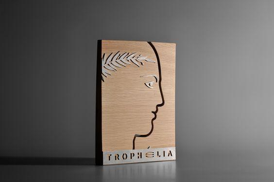 Totem en bois avec incrustation de pièces métalliques. Artempo