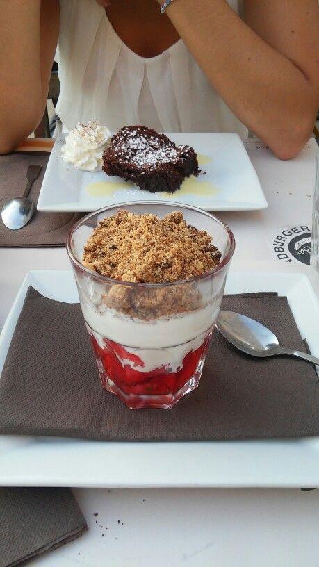 Crumble fraises fraiches, sunday et biscuit - Burger Bar Aix