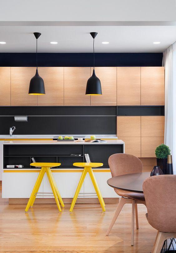cozinha com madeira, preto e amarelo: