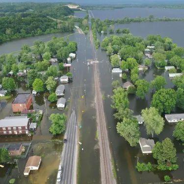 כששיטפון של פעם במאה שנה מגיע כל שנתיים: האמריקאים מתעוררים למשבר האקלים - אמריקה