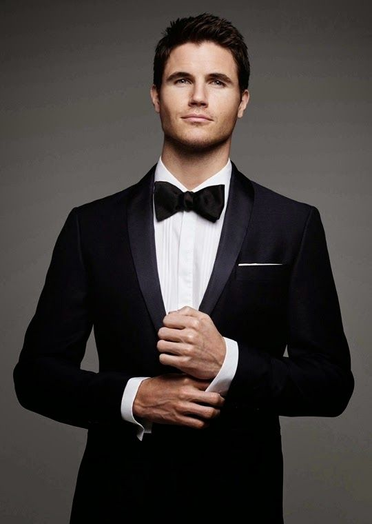 'BELLO' Cover Boy Robbie Amell:
