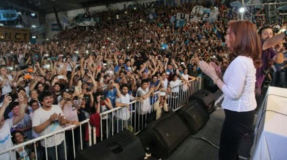 #CFKCONUNIVERSITARIOS: UNA MULTITUD DE JOVENES ACOMPAÑO A CRISTINA EN LA PLATA. VIDEO    Para volver construyamos una unidad heterogénea Vamos a volver no importa el nombre lo que importa es construir una gran mayoría donde la justicia la igualdad la libertad la soberanía política económica y social sean nuestras banderas construyamos una unidad heterogénea afirmó Cristina Fernández de Kirchner en el acto del Frente Patriótico Milagros Sala que ganó la conducción de la Federación…