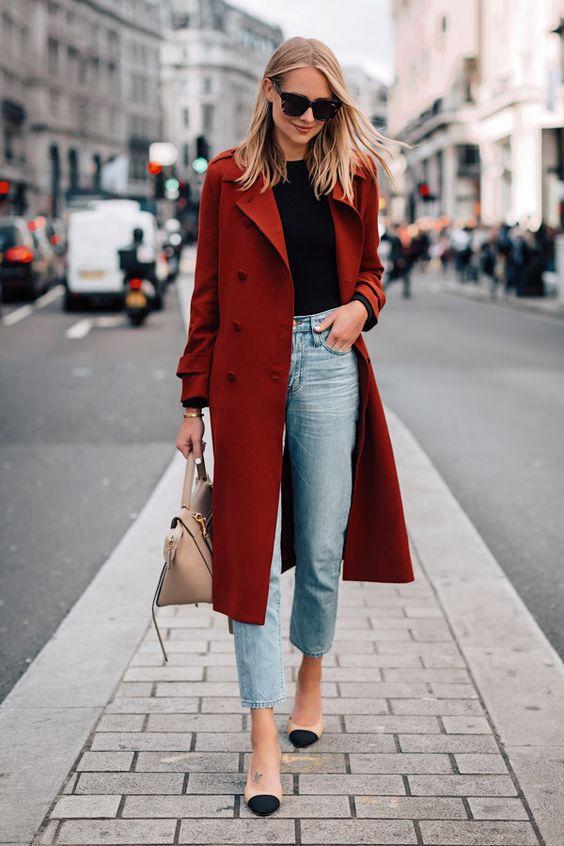 cappotto rosso abbinato a jeans e pumps bicolore