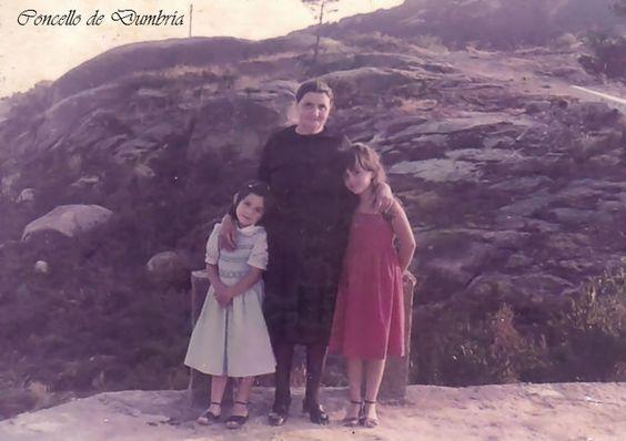 Señora vestida de negro con dúas nenas. Cedida por Ezaro.com