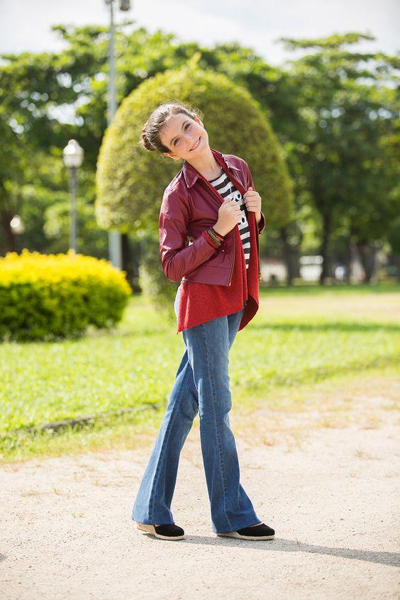 calça jeans flare; blusa malha listra pardon; casaco pontas paris; casaco couro fake; sandália anabela camurça