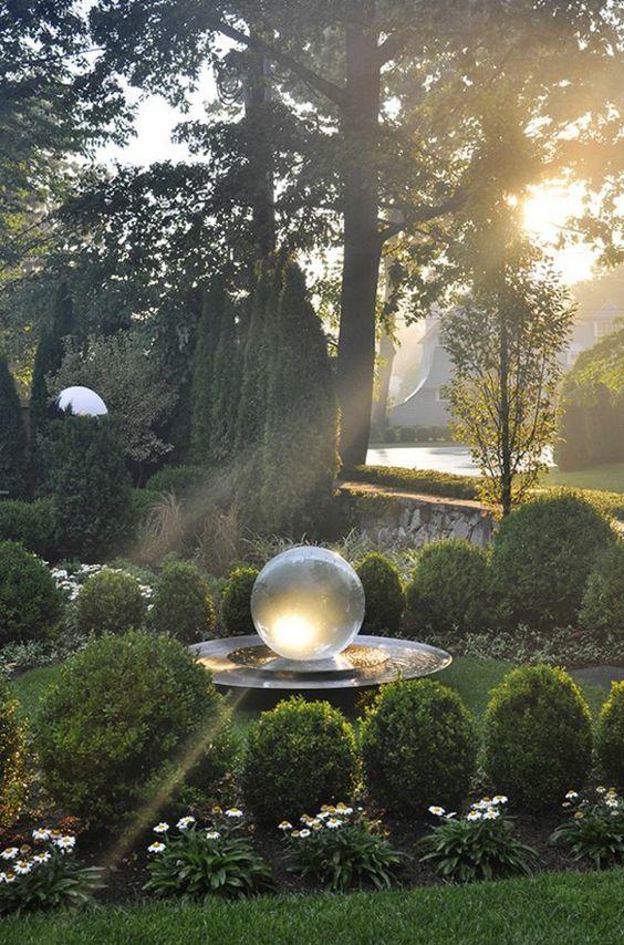 100 Gartengestaltung Bilder und inspiriеrende Ideen für Ihren Garten - riesengroße glaskugel  dekoideen gartengestaltung immergrüne pflanzen