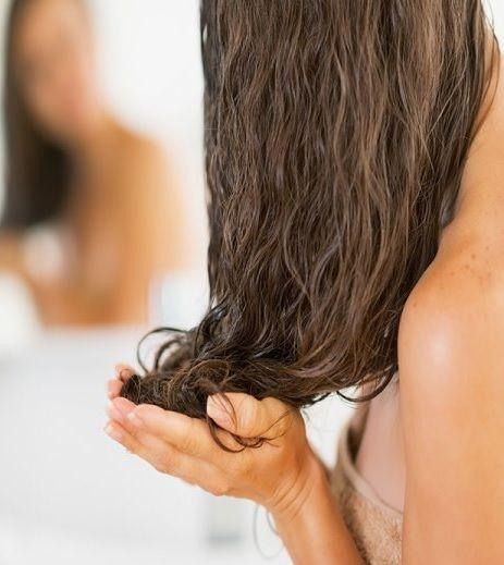 Cinque rimedi completamente naturali per rigenerare i capelli rovinati dal sole e dalla salsedine, da applicare subito, appena tornati dalle vacanze.