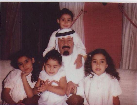 صورة للأميرات السعوديات مع الملك في طفولتهن