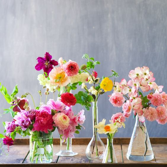 inspiratie nunta primavara vara vase sticla flori colorate
