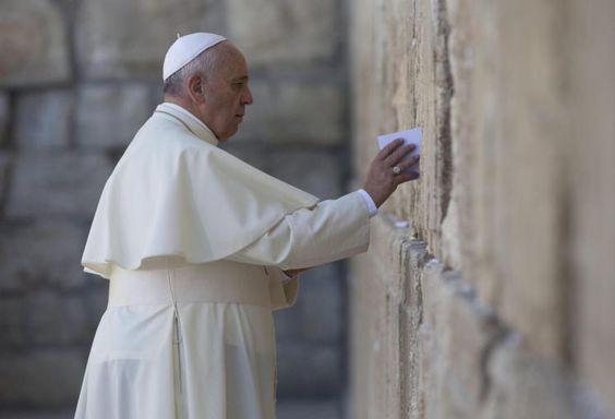 Papst an der Klagemauer: Papst Franziskus hat am letzten Tag seiner Reise ins Heilige Land an der Klagemauer in Jerusalem gebetet. An der heiligsten Stätte für Juden verharrte er in stiller Einkehr und steckte einen Zettel in eine der Ritzen. Mehr Bilder des Tages auf: http://www.nachrichten.at/nachrichten/bilder_des_tages/cme10133,1066002 (Bild: EPA)