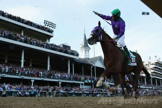 米国競馬のG1レース、第140回ケンタッキーダービー(140th Kentucky Derby、3歳、ダート約2000メートル)。優勝を喜ぶビクター・エスピノーザ(Victor Espinoza)騎手(2014年5月3日撮影)。(c)AFP/Getty Images/Matthew Stockman ▼4May2014AFP|カリフォルニアクロームがケンタッキーダービー制す http://www.afpbb.com/articles/-/3014138 #Kentucky_Derby_2014 #Victor_Espinoza #California_Chrome #Churchill_Downs ◆Kentucky Derby - Wikipedia http://en.wikipedia.org/wiki/Kentucky_Derby