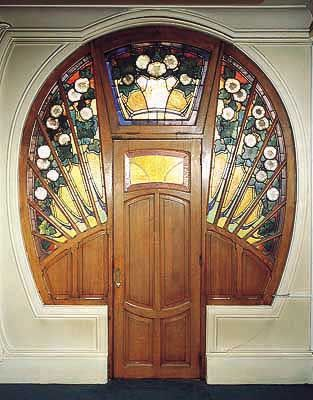 I think this may be one of the most amazing doors I've ever seen. Too bad the entire website is in French!