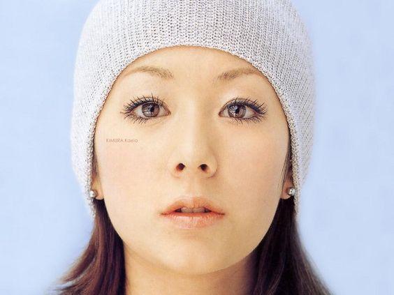 ニット帽を深くかぶる木村カエラ