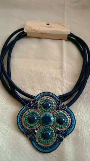 7,50€ ¿Te gustaría un collar de diseño y con estilo para esta temporada?  Tenemos lo que buscas, collar de mujer azul marino con colgante de metal y cordón, collares de moda, modernos, originales y lo mejor de todo, baratos.