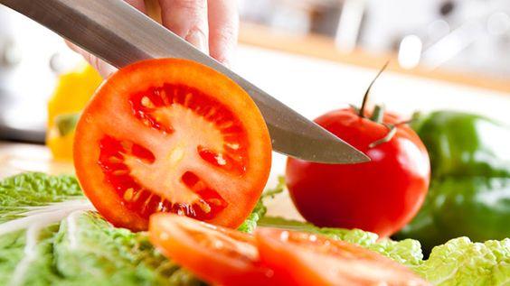 野菜は切り方によって、味や香りが大きく変わってくる食べ物の相性や化学反応はとても複雑だからです。切り方は、調理の仕方や香り、そして味覚に間違いなく影響を与える「食感」に影響します。野菜を切ったり調理したりする時、味や香りを引き出す化学反応を生む酵素が放出されます。タマネギやニンニクの味や香りが、みじん切りにするか、薄切りにするか、フライパンで炒めるかによって変わるのもこのためです。 トマトも切り方によって風味が変わります。大きなブリトーレストラングループの主任シェフであるBill Fuller氏は、くし形に切ったトマトは、薄切りにしたトマトほど味が良くないとNPRに語っています。細かく切った野菜は、より早く火が通り、バターなどの風味を吸収しやすくなるなど、調理する過程で味が良くなります