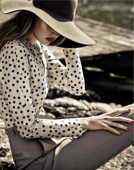 hat and dots: