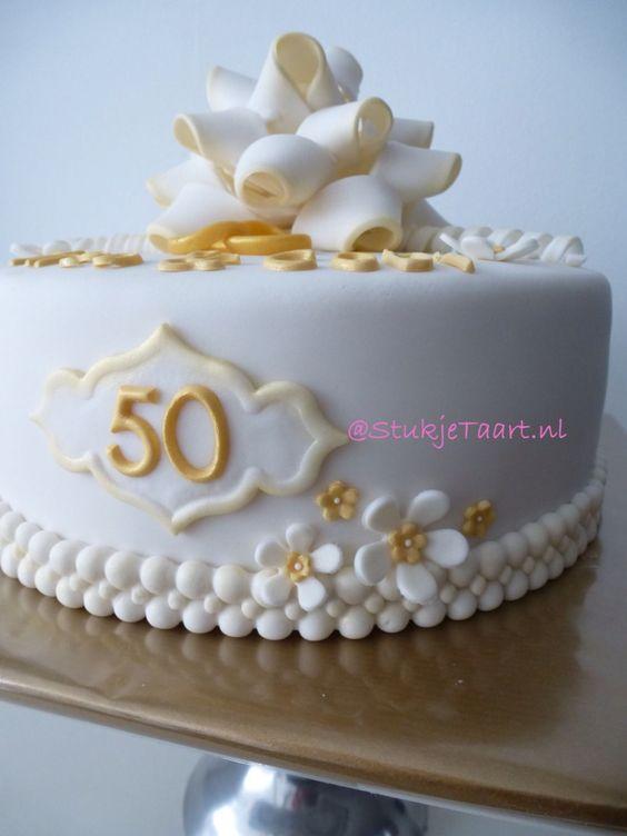 #Bruidstaart #wit #goud #strik #StukjeTaart #NL #homemade #weddingcake #white #gold #bow #cake