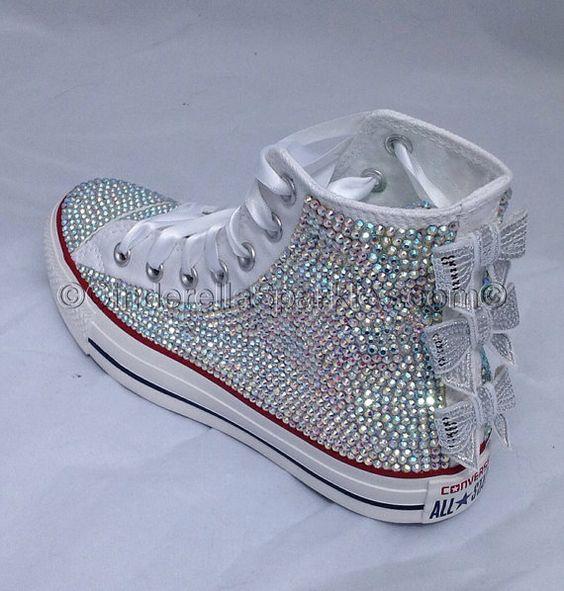 Atemberaubende individuelle White Chuck Taylor High Tops in Kristallen AB Glas abgedeckt.  Jeder Schuh hat ca. 2500 Glas Strass auf den gesamten Schuh außer der Rückwand und um die Spitze Löcher angewendet sondern auch die Zunge einen atemberaubender Blickfang-Effekt erzeugen. Um den Effekt zu beenden haben wir drei Bögen Pailletten hinzugefügt. Diese Schuhe sind sehr bequem so perfekt für Ihre Hochzeit, besondere Party oder Abschlussball.  Die Qualität der Steine auf diese Schuhe sind…