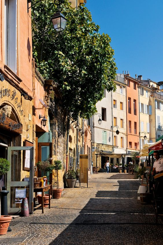Aix-en-Provence    La ciudad natal de Paul Cézanne, donde trabajó gran parte de su vida, es un agradable pueblecito con numerosos cafés y tiendas de artesanía.