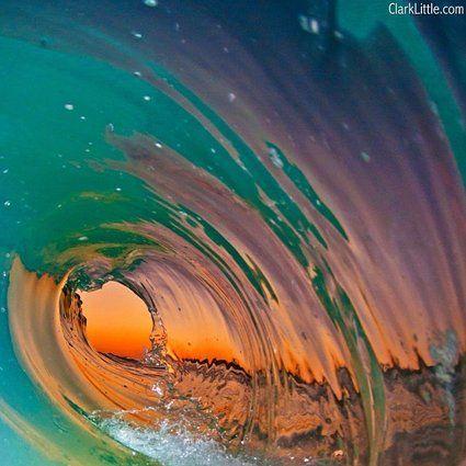 ハワイの透明ビックウェーブと夕日
