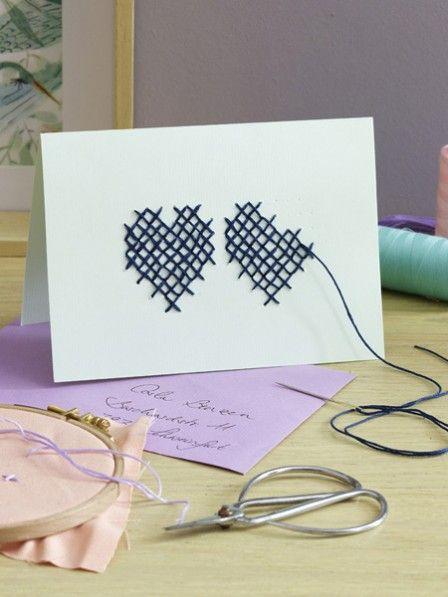 Wollen Sie Ihren Liebsten einen lieben Gruß schicken? Dann machen Sie das doch mit einer selbst bestickten Postkarte! Hier geht es zur Anleitung.