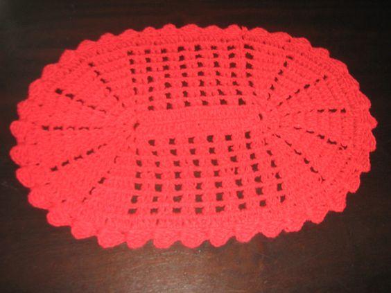 Belo e útil tapete de crochê confeccionado manualmente com fio de algodão colorido. Muito versátil , pode ser usado nos mais variados ambientes. Pode ser confeccionado em outras cores. Lavável à máquina . Não mancha e não deforma