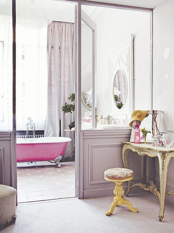 Trägolv och råa väggar, tapeter och tyg. Ett badrum i genuin vintagestil kanske inte är det mest praktiska badrum man kan välja. Men drömma kan man ju! 22 badrum i vintagestil.