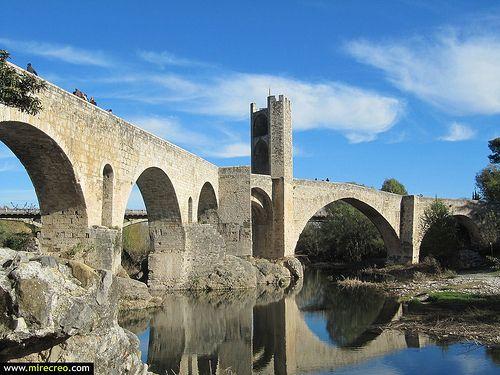www.mirecreo.com Puente fortificado medieval, Besalú, Girona #besalu   #girona   #cataluña   #medieval   #turismo   #mirecreo    #tourism  #españa  #spain